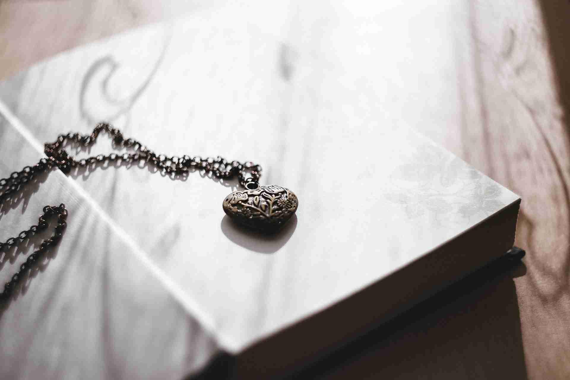 Halskette entknoten