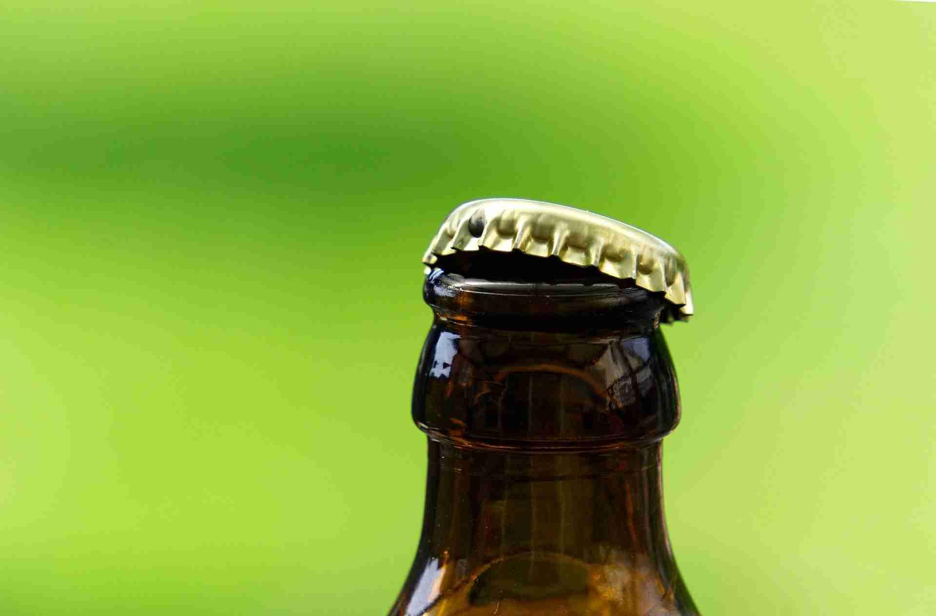 Bierflasche Feuerzeug öffnen